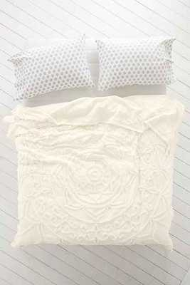 Plum & Bow Mya Chenille Medallion Coverlet, Ivory - Full/Queen - Urban Outfitters
